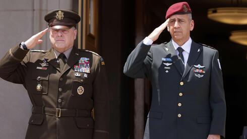 El jefe del Estado Mayor Conjunto del Ejército de EE.UU., Mark Milley, y el jefe del Estado Mayor de las FDI, teniente general Aviv Kochavi.