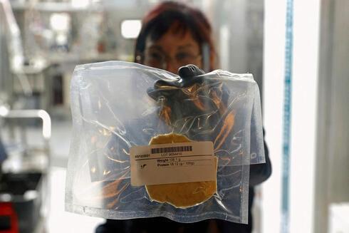 Pollo cultivado en laboratorio de SuperMeat en una bolsa sellada.