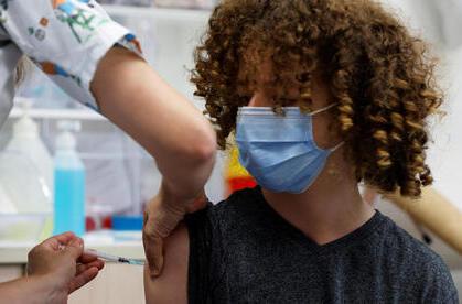 Un adolescente recibe su dosis contra COVID-19 en una clínica de Tel Aviv.