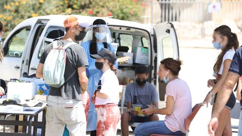 Pruebas de coronavirus en la entrada de un colegio en Binyamina.