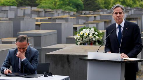 El secretario de Estado de Estados Unidos, Blinken, habla junto al ministro de Relaciones Exteriores alemán, Heiko Maas, durante una visita al Memorial del Holocausto.