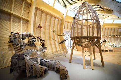 El Arca circular de madera es la pieza central del museo y se extiende por 7 metros (23 pies) de alto y 28 metros (91 pies) de ancho.