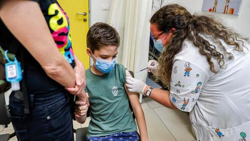 Un niño recibe la vacuna contra el coronavirus en Holon.