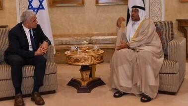 El canciller Lapid con el ministro de Estado emiratí, Ahmed Al Sayegh, en Abu Dhabi el martes.
