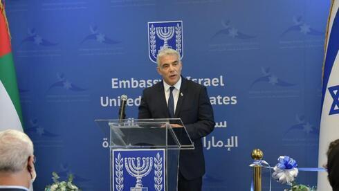 El canciller, Yair Lapid, durante la ceremonia de inauguración de la primera embajada israelí en Emiratos Árabes Unidos.