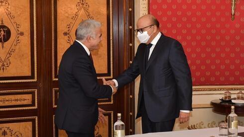 Lapid con el ministro de Relaciones Exteriores de Bahrein, Abdullatif Al-Zayani, en Roma el domingo.