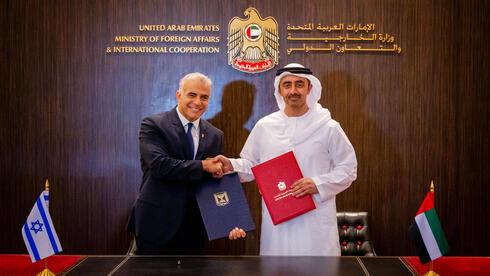El ministro de Relaciones Exteriores israelí, Yair Lapid, y su homólogo de Emiratos Árabes Unidos, Sheikh Abdullah bin Zayed, en Abu Dhabi el martes.