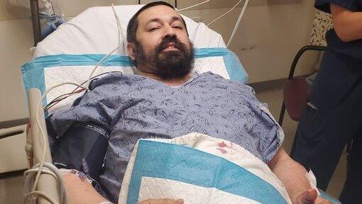 Shlomo Noginski mejora en el hospital tras el violento ataque.
