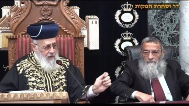 El gran rabino sefardí Yitzhak Yosef (izq.), acompañado por el rabino principal de Túnez, Haim Bitan.