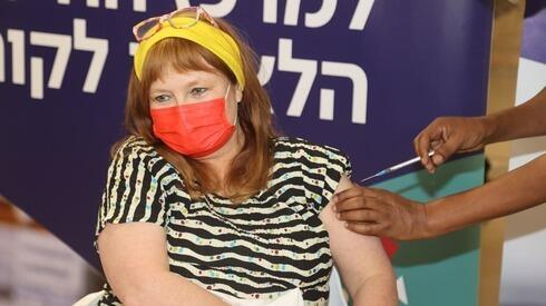 La profesora Galia Rahav recibe la vacuna contra el coronavirus.