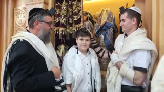 Shaked Winstock celebra su Bar Mitzvá junto a su padre, Edward, y el rabino Menachem Kutner.