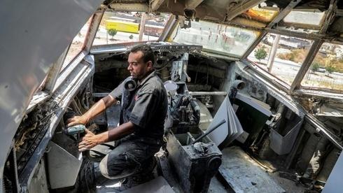 Un técnico reacondiciona la cabina del Boeing 707.