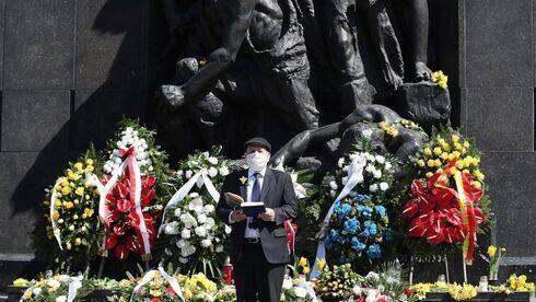 El gran rabino de Polonia, Michael Schudrich, reza en el Monumento a los Héroes del Gueto de Varsovia en el Museo Yad Vashem en Jerusalem en abril.