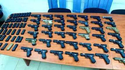 Armas incautadas por soldados israelíes en la frontera con el Líbano.
