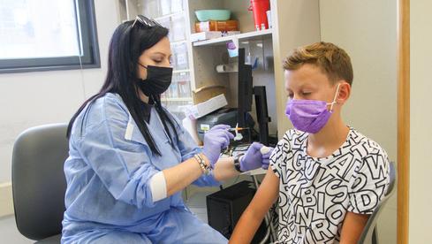 Un niño recibe la vacuna contra el coronavirus en Netanya.