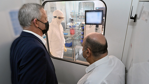 El ministro de Defensa, Benny Gantz, visita un laboratorio del Instituto de Investigación Biológica de Israel.