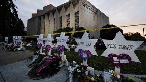 Monumento improvisado a los muertos se encuentra fuera de la Sinagoga del Árbol de la Vida en Pittsburgh tras el mortal ataque de 2018 en el lugar.