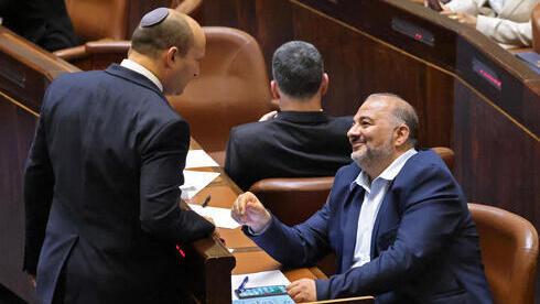 El primer ministro Naftalí Bennett y el líder de Ra'am, Mansour Abbas en la Knesset, junio de 2021.