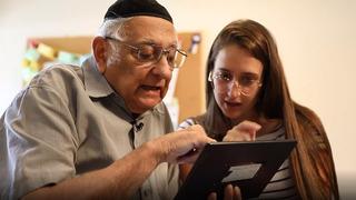 Mordejai Zarai Mizrahi junto a una de las desarrolladoras de la aplicación.