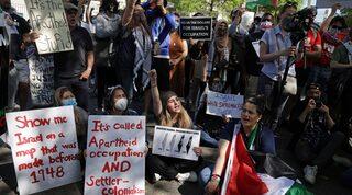 Activistas protestan contra las acciones militares de Israel en Gaza frente a la Embajada de Israel en Washington, el 18 de mayo de 2021.