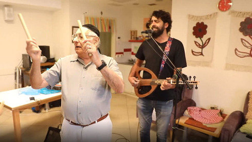 Mordejai Zarai Mizrahi (87) en una clase de música.