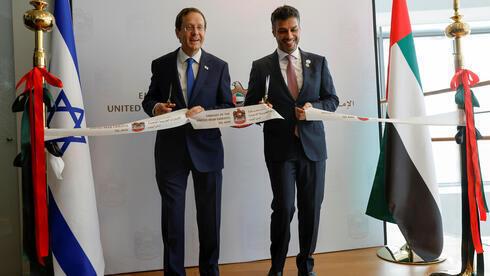 El embajador emiratí en Israel, Mohamed Al Khaja (derecha), y el presidente Yitzhak Herzog inauguran la Embajada de Emiratos Árabes Unidos en Tel Aviv.