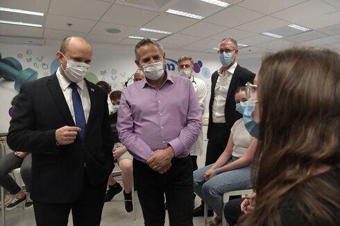 El primer ministro Naftali Bennett y el ministro de Salud, Nitzan Horowitz, visitan un centro de vacunación contra el coronavirus en Holon.