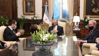 El presidente argentino Alberto Fernández con las autoridades de la AMIA en del despacho presidencial de la Casa Rosada, en Buenos Aires, Argentina.