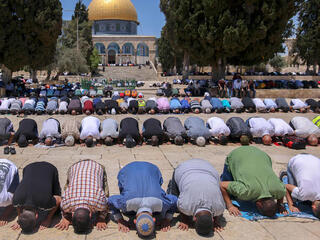 Oración en la explanada en torno a la mezquita de al-Aqsa.