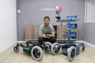El bipedestador motorizado desarrollado por GiveMove.