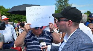 """Un nacionalista polaco sostiene un cartel que dice """"Exigimos la verdad sobre Jedwabne""""."""