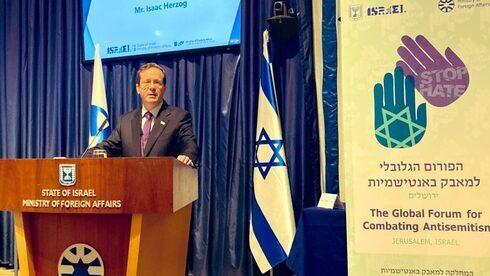 El presidente Yitzhak Herzog habla en la apertura del 7° Foro Global de Lucha Contra el Antisemitismo.