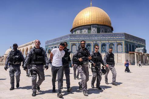 La policía israelí detiene a un manifestante musulman en el Monte del Templo el domingo.