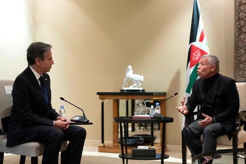 El Secretario de Estado de EE.UU., Antony Blinken, se reúne con el Rey Abdullah II de Jordania en Bayt Al-Urdon, en la capital jordana, Amman.
