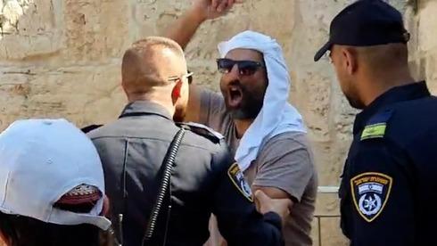Un manifestante musulmán grita a un oficial de policía israelí por la presencia de judíos en el Monte del Templo el domingo.