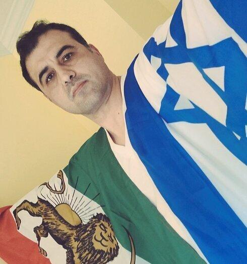 Ahmad Batebi sostiene las banderas iraní e israelí.