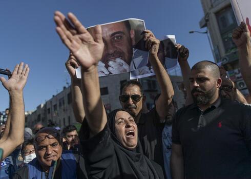 Maryam Banat, madre del crítico de la Autoridad Palestina asesinado, Nizar Banat, durante una protesta contra el gobierno de Abbas.