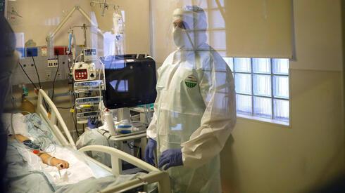 Personal de salud en una sala de atención por COVID-19.