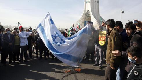 Iraníes quemando una bandera israelí durante el 42 aniversario de la revolución islámica.
