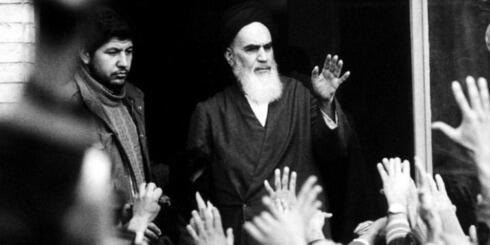 El ayatolá Ruhollah Jomeini hablando a sus seguidores en Teherán durante la revolución islámica de 1979.