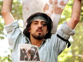 Ahmad Batebi durante la protesta estudiantil de 1999 en Irán.