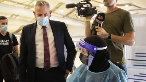 Nitzan Horowitz, ministro de Salud, visita el centro de pruebas de COVID-19 del Aeropuerto Ben Gurion.