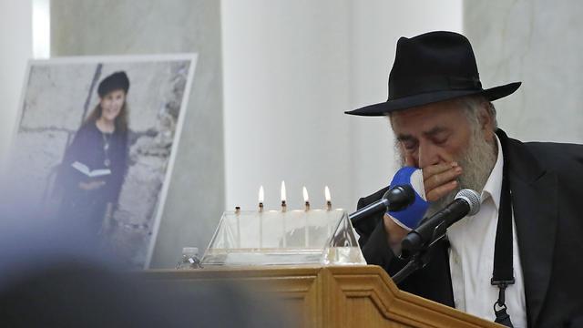 El rabino de la sinagoga, quien perdió un dedo durante el ataque.