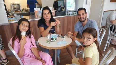 Una familia consume helado en la tienda de la fábrica de Ben & Jerry's de Yavne para apoyar al licenciatario israelí de la empresa.