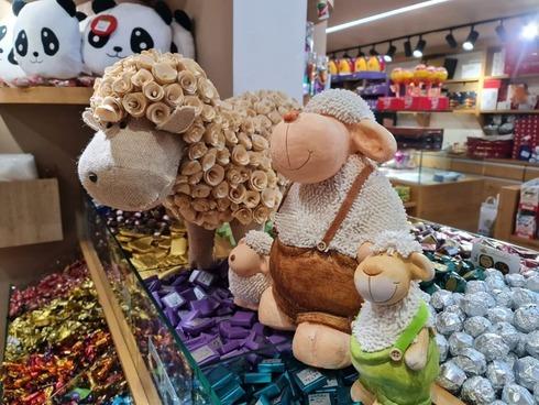 Una tienda de Nazaret se prepara para recibir a los consumidores durante Eid al-Adha.