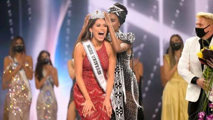 Andrea Meza reacciona al ser coronada Miss Universo 2020.