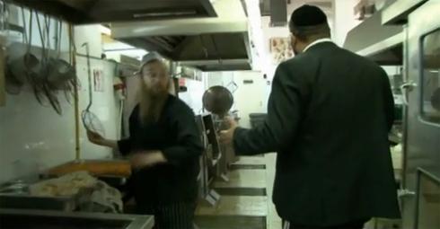 Un mashguiaj supervisa una cocina en un restaurante de Israel.