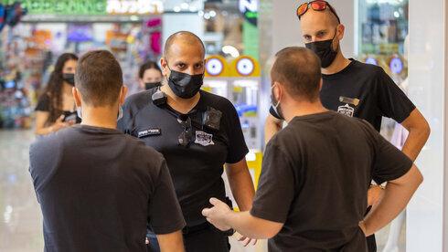 Policías controlan el cumplimiento de las directivas sanitarias en Rishon Lezion.