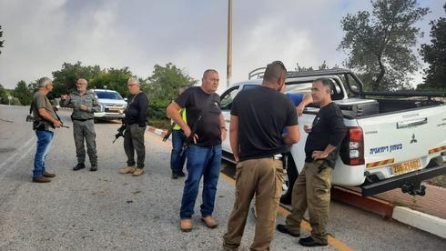 Fuerzas israelíes cerca del lugar desde donde los dos sospechosos cruzaron a Israel.