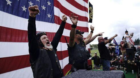 """El grupo de extrema derecha """"Proud Boys"""" durante un mitin de Trump en Oregón."""
